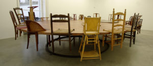 """Chen Zhen """"Round Table - Side by Side"""", 1997 Bois, métal, chaises 180 x 630 x 450 cm"""