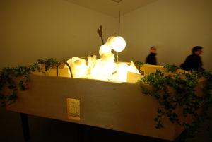 """Chen Zhen """"Zen Garden"""", 2000 Albâtre, métal, plantes artificielles, bois, sable, petites pierres, ampoules électriques 175 x 340 x 300 cm"""