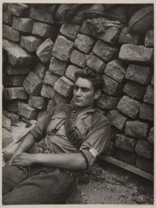 Robert Doisneau - FFI derrière une barricade