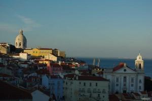 Vue sur le quartier le plus ancien de Lisbonne, l'Alfama, au soleil couchant