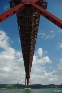 Vue sous le célèbre Pont du 25 avril, traversé par une autoroute et une ligne ferroviaire