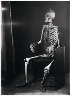 Jacques-André Boiffard, Squelette dans l'atelier de Man Ray, vers 1928, épreuve gélatino-argentique, tirage contact d'époque
