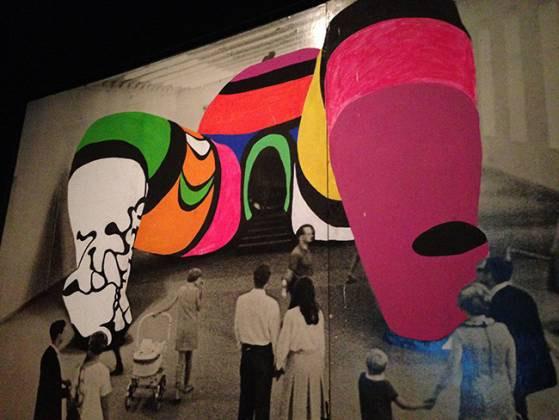Photographie repeinte de Hon (1979), présentée dans l'exposition Niki de Saint Phalle, Grand Palais, Paris, 2014 (©Guy Boyer Photographie repeinte de Hon, 1979)