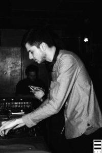 Maxime, co-fondateur et dj, en plein mix lors de la première soirée Coquelicot Records. Crédits Valentin Loredo