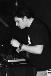 Mario Penati durant son dj set à l'occasion de la première soirée Coquelicot Records. Crédits Valentin Loredo