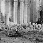 Cathédrale Saint-Gervais et Saint-Protais de Soissons après les bombardements de 1914-1915. Vue intérieure de la nef, vers le nord-est. Photographie