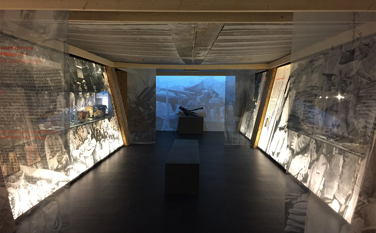 La scénographie de l'exposition rappelle les tranchées de la grande guerre