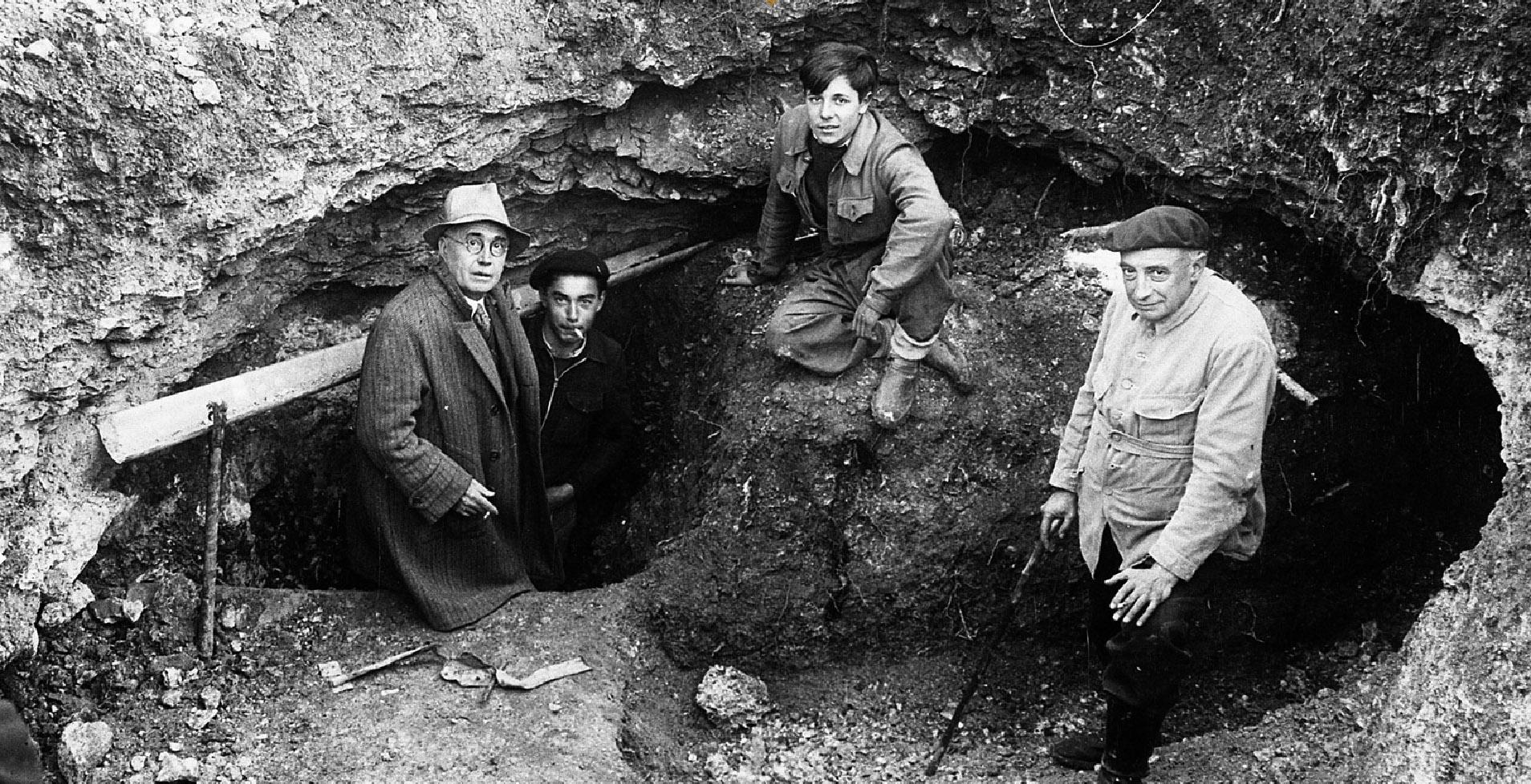 Entrée de la grotte en 1940. Léon Laval (instituteur), Marcel Ravidat (inventeur de la grotte), Jacques Marsal (l'un des amis de Ravidat) et le préhistorien Henri Breuil. © D.R.