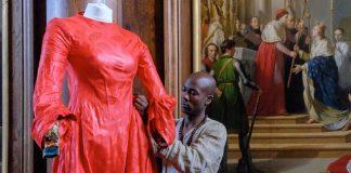 Lamyne M. mettant au point la robe de Blanche de Castille
