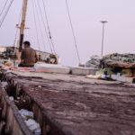Habiter le campement - Un mmigrant campant sur le bateau l'ayant amené à Crotone