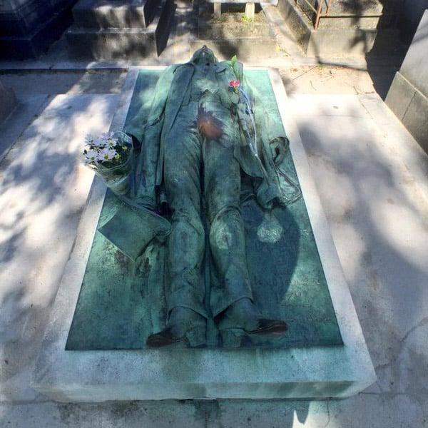 Gisant de Victor Noir au cimetière du Père Lachaise