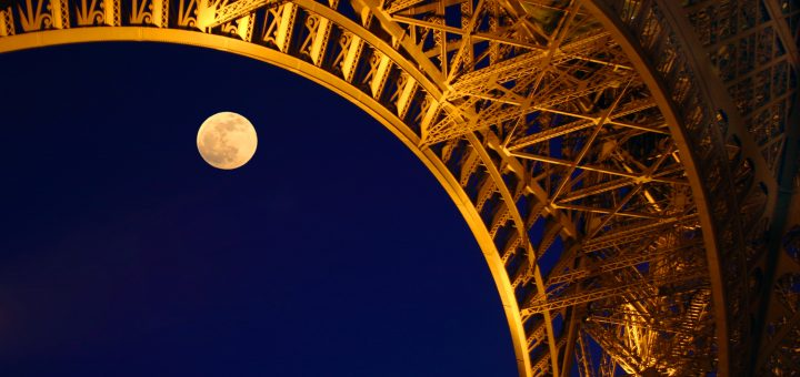 Lune sous la Tour Eiffel, Paris