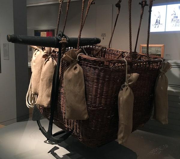 Nacelle du ballon monté Le Volta et son cercle de charge, rotin, bois et cordage de chanvre, 1870, coll. Musée de l'Armée, Paris © photo L. Albaret.