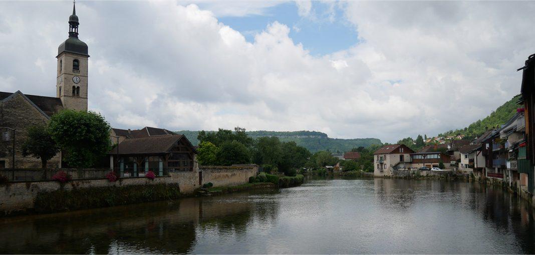 Le village d'Ornans dans le Doubs