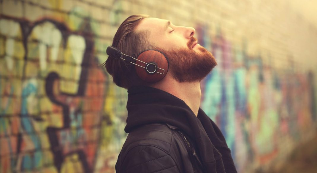man listening music © DR