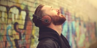 man listening music © DR