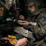 Légionnaires français mangeant leurs rations dans leur VAB ©Paris - Musée de l'Armée, Dist. RMN-Grand Palais / Edouard Elias ©Edouard Elias