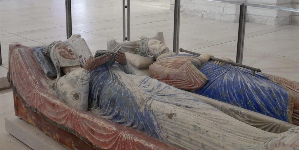 Les gisants d'Aliénor d'Aqutaine et de Henri II dans l'abbatiale