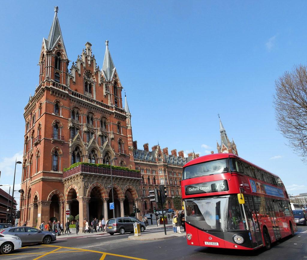 Bus rouge à Londres devant la gare Saint Pancras