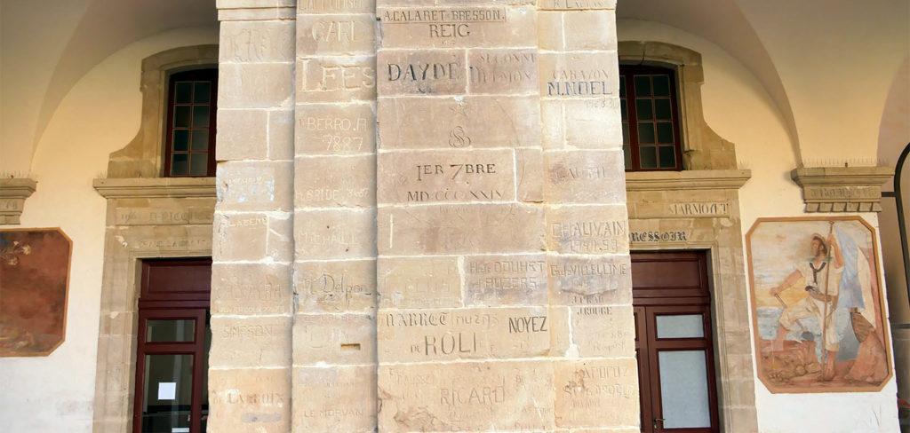 Graffitis d'élèves sur les murs de l'Abbaye-école de Sorèze
