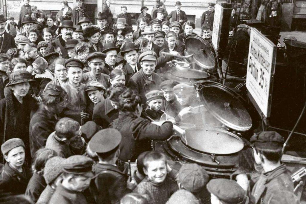 Distribution de nourriture à la population civile à Berlin, juillet 1916