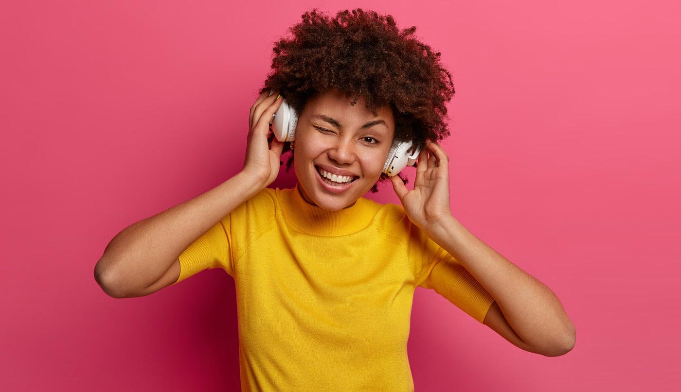 Femme écoutant de la musique. Stock photo de wayhomestudio / freepik